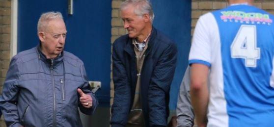 Jan Jansen op de foto links bij een thuiswedstrijd van vv Oldenzaal (bron: website vv Reutum)